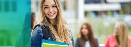 imagen de una estudiante con los libros sonriendo