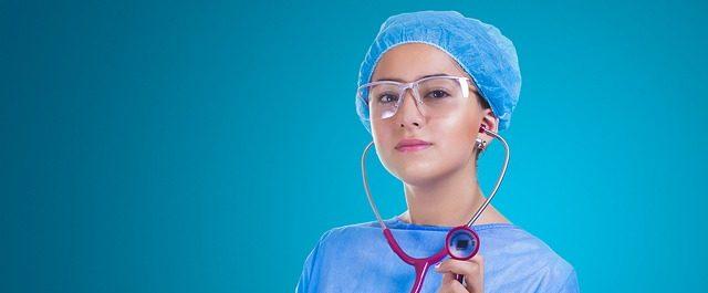 medica con un estetoscopio rosa