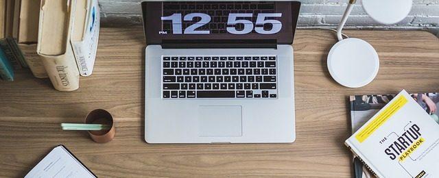 mesa de estudio con un ordenador marcando la hora