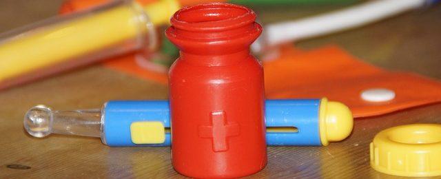recipiente medicinas rojo, azul y amarillo